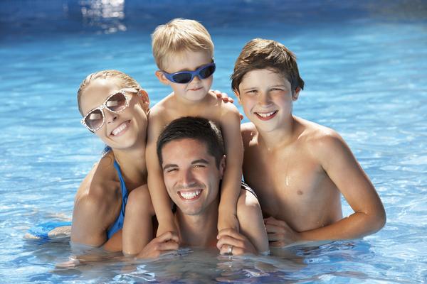 משפחה בבריכה